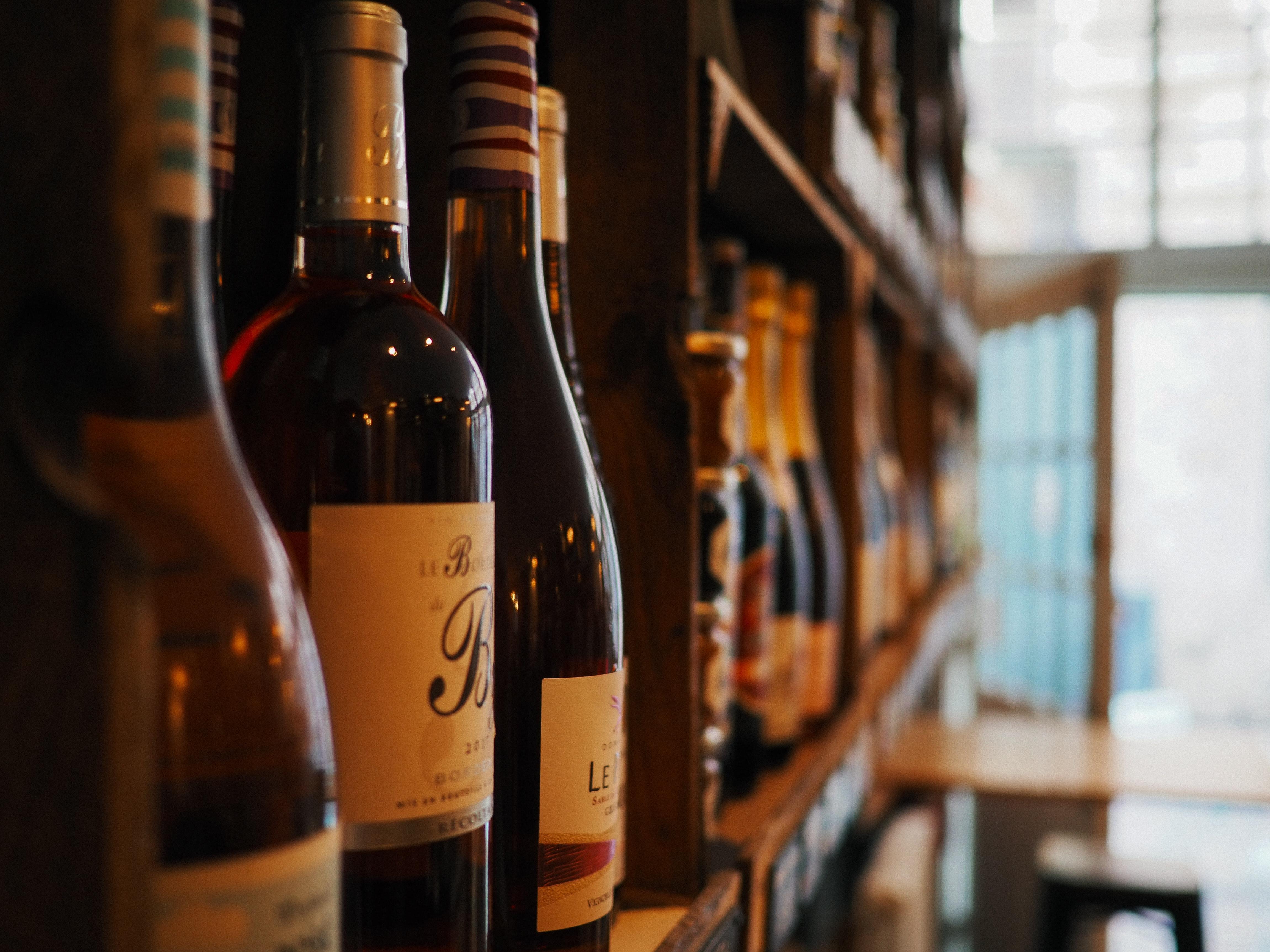 alkoholflasker-alkoholholdig-drikkevare-bar-brennevin-2664149